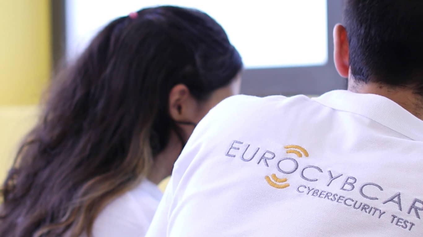 Imagen de ingenieros y expertos de EUROCYBCAR trabajando con un coche
